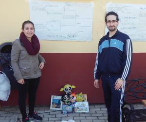 Nuestro encargado del Programa de Acción Social, Germán Nieto, haciendo entrega de los juguetes a una responsable de las Jornadas Solidarias.